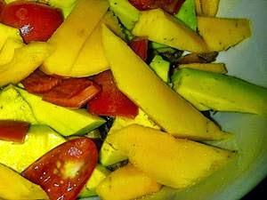 Ensalada venezolana de aguacate, mango y tomate