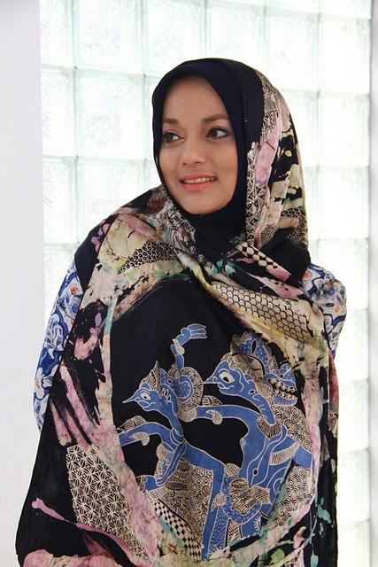 Model Marissa Haque Ikang Fawzi, Foto by Elis Anis, Batik Cantik Prof.Dr. Basu Swastha Sharmmeta
