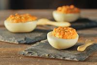 Huevos rellenos con pimiento y leche de coco