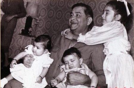 kareena childhood picture with family