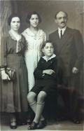 Agustina Senar Erdocia y Eduardo Alonso con sus hijos