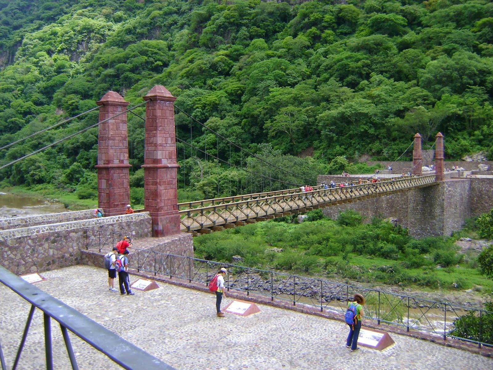 Personas caminando cerca del El Arcediano en las Barrancas de Huentitán