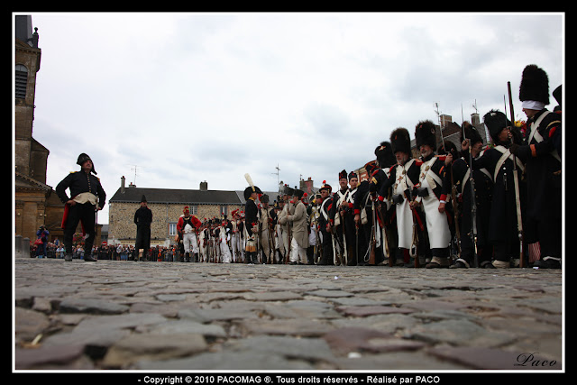 figurants sur la place de Rocroi lors de l'allocution du maire à commémoration du bicentenaire du siège de Rocroi