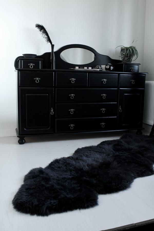 renovering före och efter, svart och vitt i hallen, vitt golv, svart matta, vit parkett, vita väggar, byrå ommålad till svart, måla furu vitt, svart fjäder i vas,