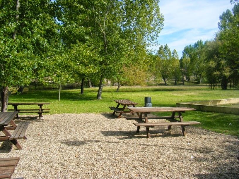 Mesas do parque de Merendas da Comenda