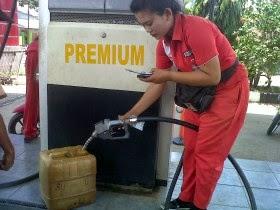 Ngisi bensin sambil main HP