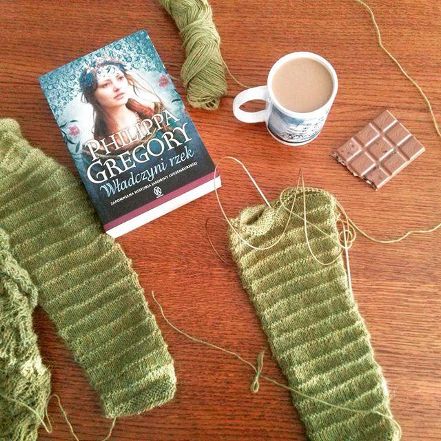 sweterek na drutach, zielony, książka Władczyni rzek Philippa Gregory