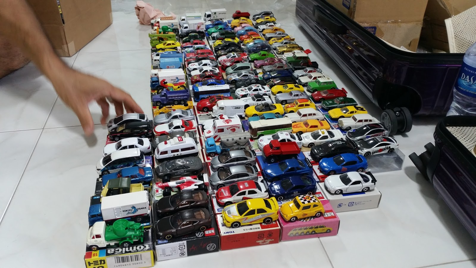 There is a lot of hard work for this event we have to handle 800 over tomica taking them out from their boxes and re pack in plastic display box