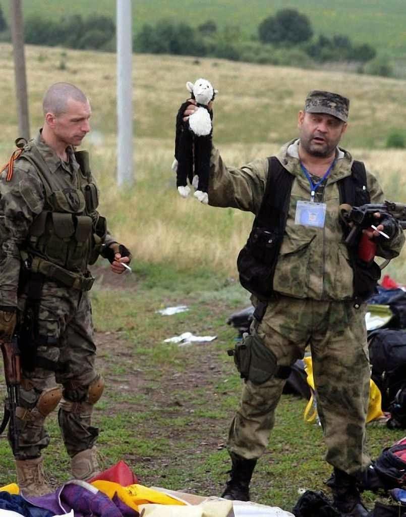 Milicianos pro-Rússia exibem  boneco de pelúcia de uma das 80 crianças mortas