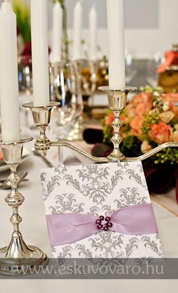 57a853b6e8 A mai bejegyzés meghívóját a hagyományos barokk minta mellett lila  selyemszalag és kézzel készített gyöngyös csat díszíti.