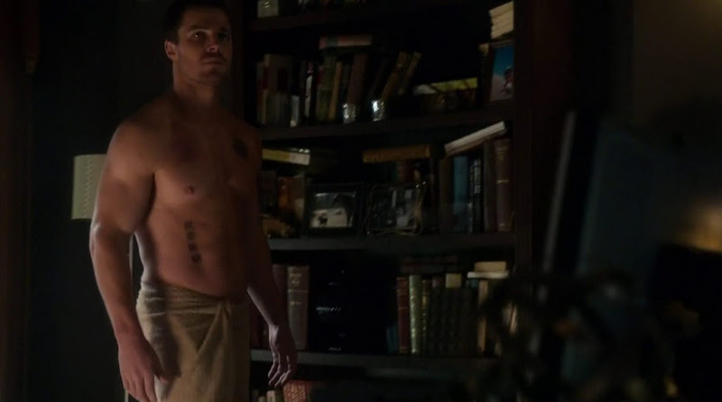 Stephen Amell Shirtless in Arrow s1e01
