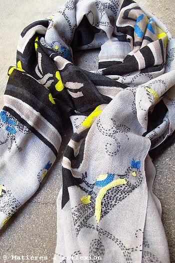 Foulard brodé bleu et jaune Mii accessoires