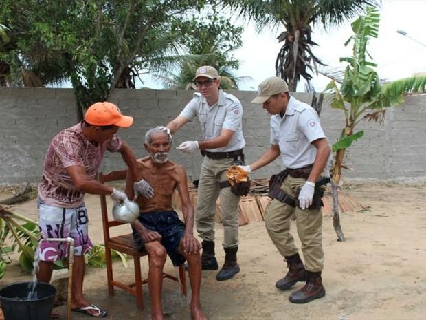 Voluntários deram banho e fizeram a barba do idoso (Foto: Divulgação / PM)