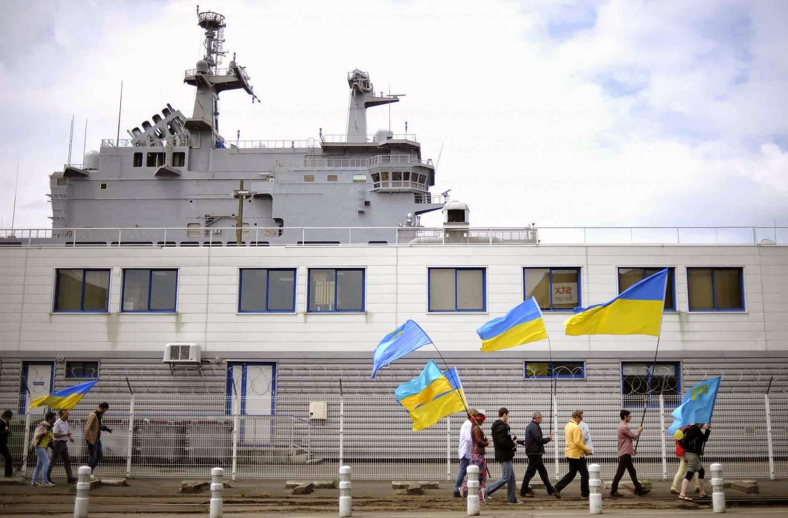 Simpatizantes da Ucrânia protestam contra entrega do poderoso navio diante do estaleiro.