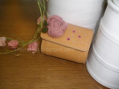 Χειροποίητο δερμάτινο τσαντάκι με swarovski και μάλλινο λουλούδι