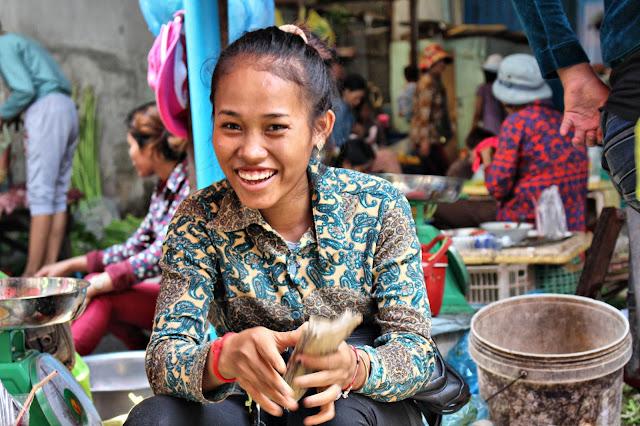 Séries de photo prises au petit matin dans un marché de proximité du sud de Phnom Penh, à l'heure durant laquelle les vendeuses préparent leurs étals en se racontant les ragots de la veille dans une bonne humeur bien contagieuse. Photos par Christophe Gargiulo. +855 087 261 019