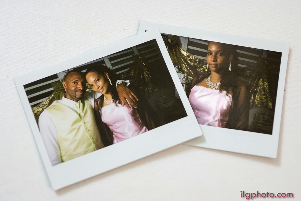 photos polaroïds du marié avec les invités