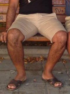 Homem usando chinelo de couro com tiras cruzadas - Pés Masculinos