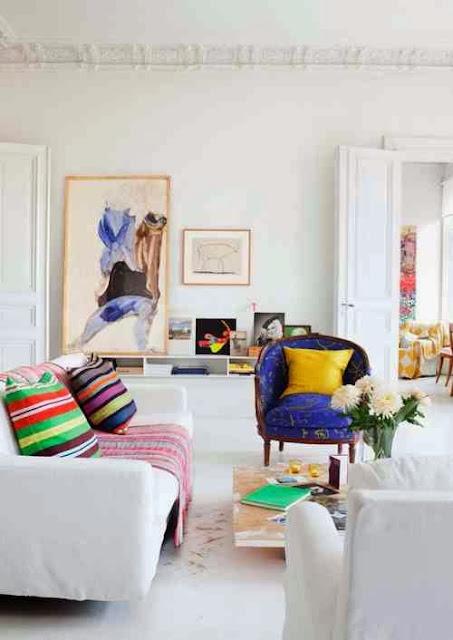 Białe wnętrza mieszkania z kolorowymi dodatkami