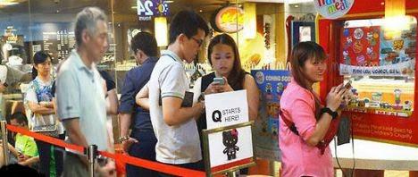 Dân chúng tại đảo quốc Singapore tối 12.6 đã phát hiện Thủ tướng Lý Hiển Long ở Trung tâm Ẩm thực Redhill khi ông nhẫn nại xếp hàng 30 phút để mua gà rán, theo báo Malaysia Chronicle.