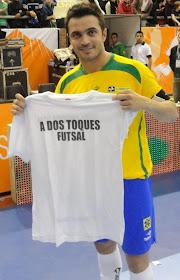 "Falcao se llevó la remera de ""A Dos Toques"" y posó para la foto"