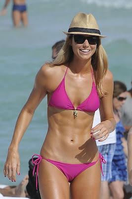 stacy keibler rubia con un cuerpazo en bikini y sombrero en la playa