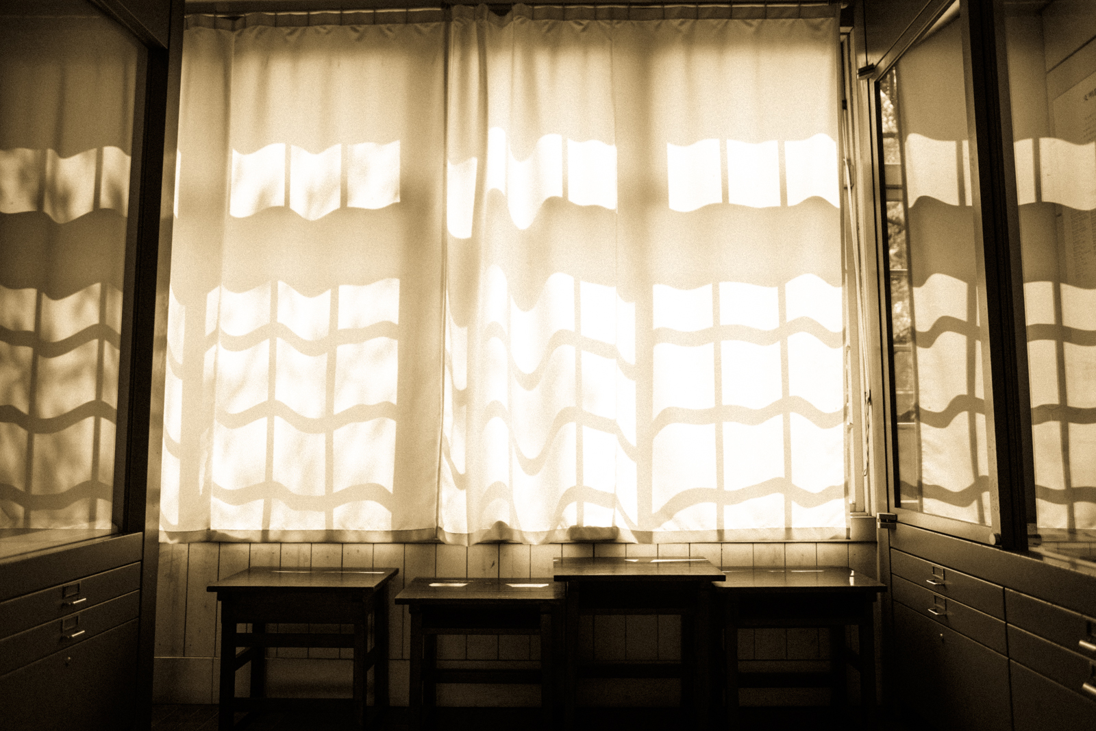 差し込む光ととカーテンの写真