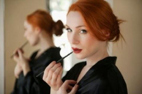 Na verdade, um experimento recente revelou que mulheres fotografadas com maquiagem foram avaliadas como mais saudáveis, confiantes e até com maior potencial de faturamento do que as mesmas mulheres fotografadas sem maquiagem.  Isso sugere que a maquiagem tem um papel potencialmente útil na vida social.