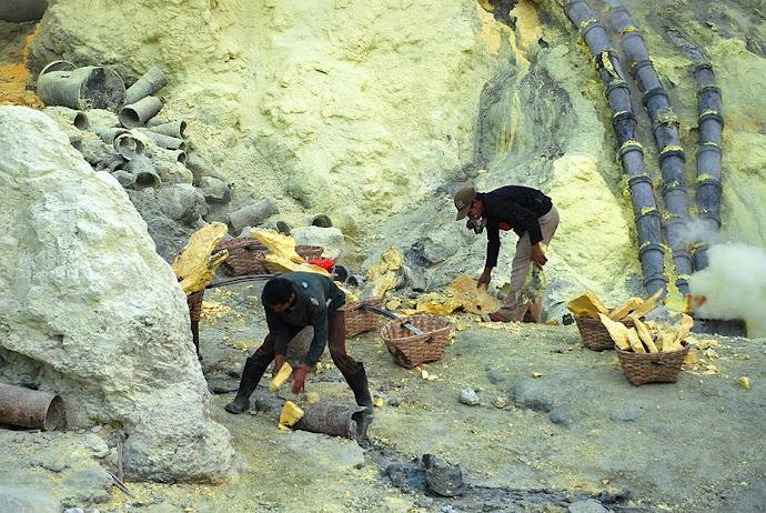 Mineros recogiendo azufre