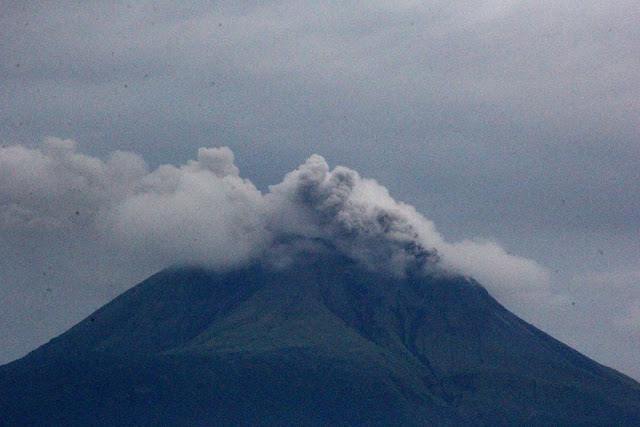 Mount Bulusan ejects ash anew