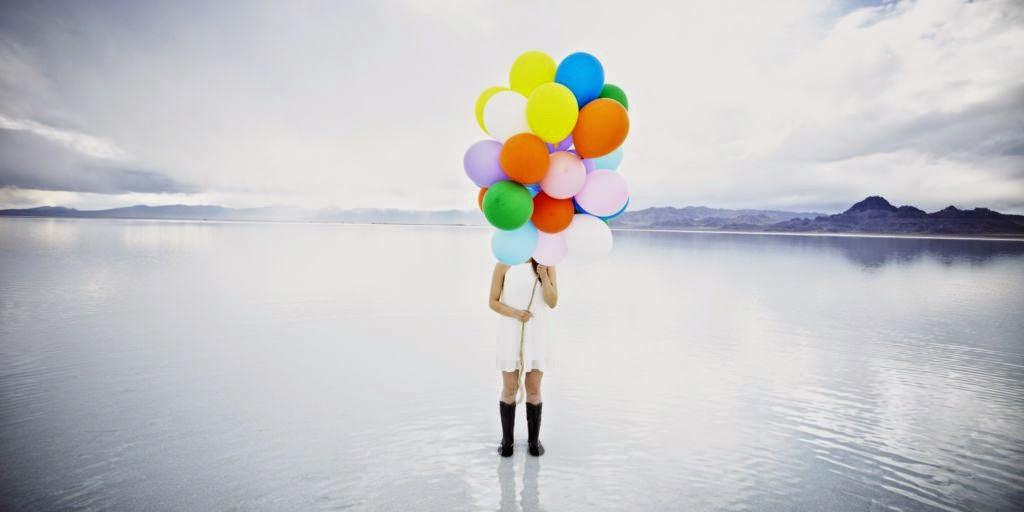 Mujer ocultándose con globos