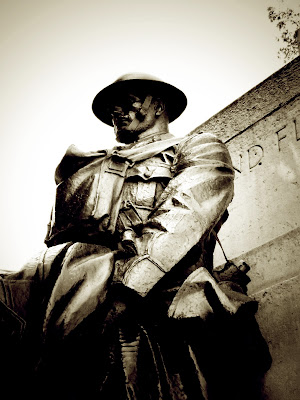 bookandacuppa, book and a cuppa, book & a cuppa, poppy, armistice, remembrance, Wilfred Owen, Dulce et Decorum Est, respect, solider, memorial, London, cenotaph, 1914, World War one, Hyde Park, black and white, statue