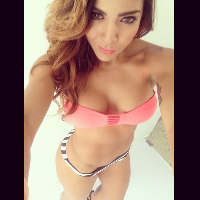 Erika Fernandez selfie pechos y tanga rayas