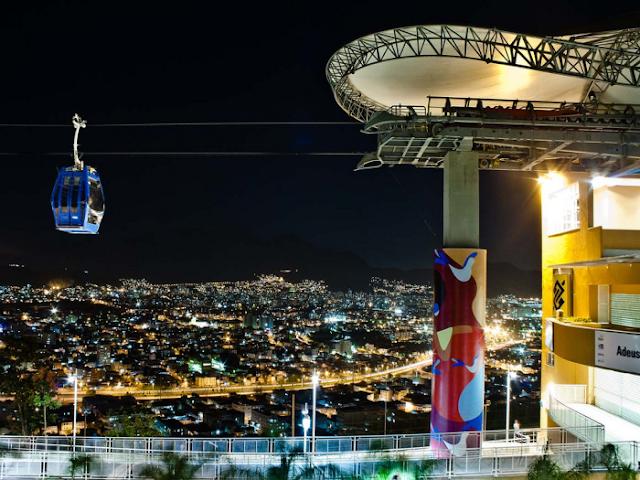 Dicas de turismo Rio de Janeiro teleférico de noite no Complexo do Alemão