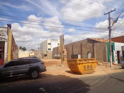 Antigas casas da Rua Pe. Cícero derrubadas para construção de estacionamentos.
