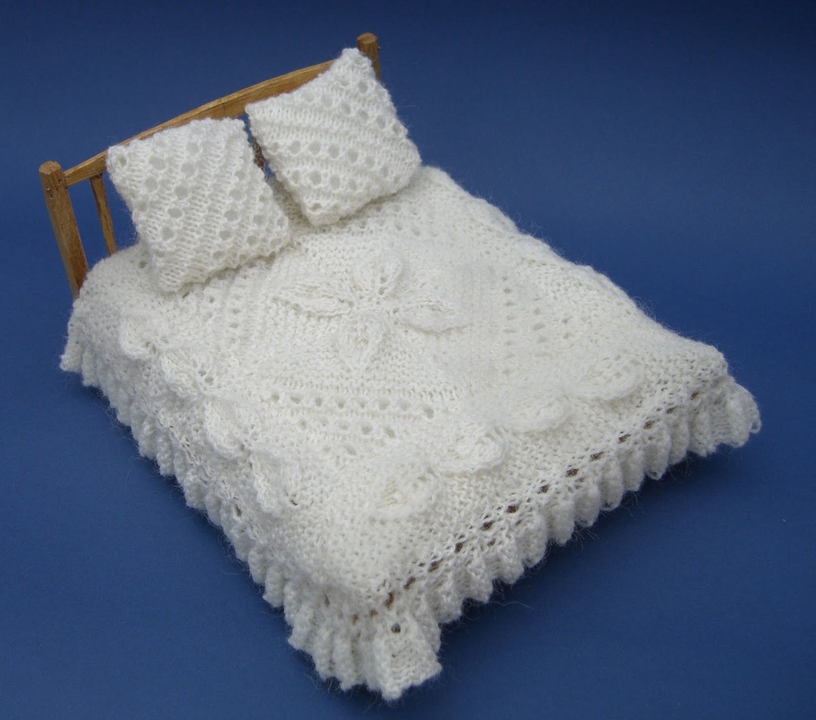 Knitting Patterns For Dolls Bedding : bitstobuy: My favourite dolls house miniature knitting pattern