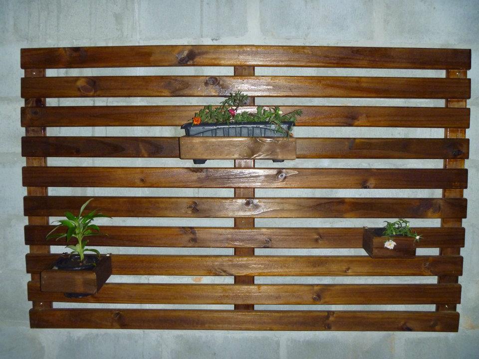 deck jardim vertical:deck no chão e jardim vertical na parede invernizado na cor imbúia
