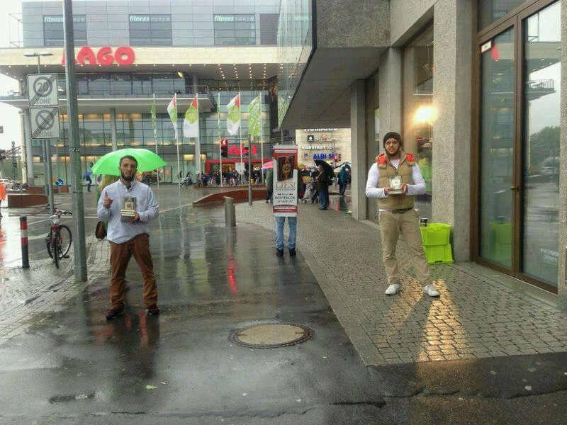 بطل ألماني مسلم من أصل يوغوسلافي يوزع القرآن المترجم تحت زخات المطر
