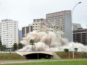 Hotéis são implodidos em Brasília