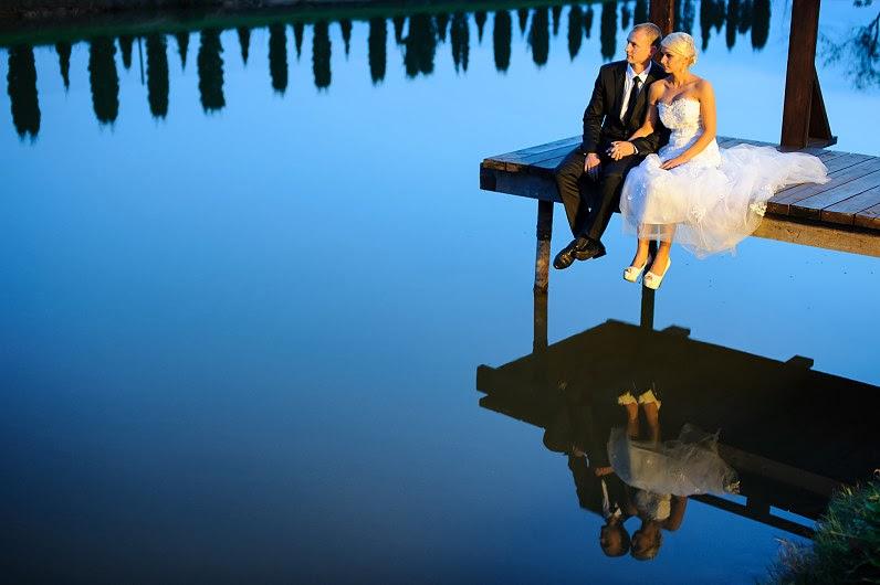 romantiška vestuvių fotosesija prie ežero gamtoje