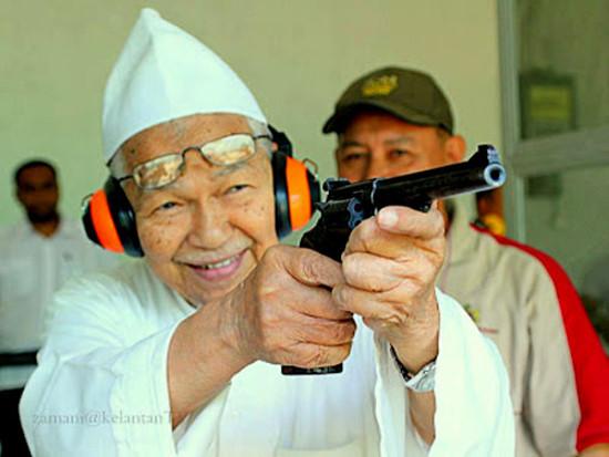nik aziz pistol
