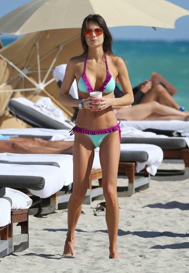 Julia Pereira shows off bikini body in Miami