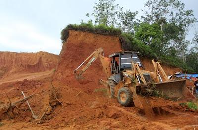 Pemandu lori maut tertimbus tanah runtuh