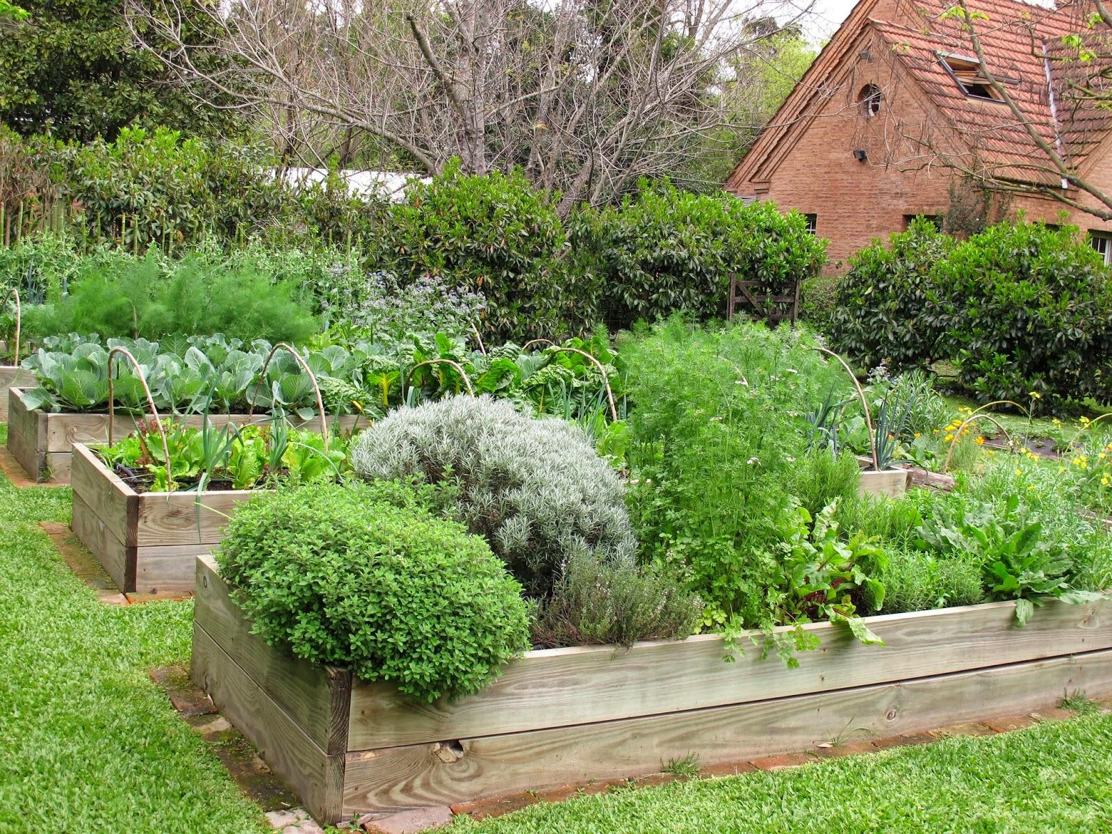 En el jardin huerta elevada for Grutas para jardines pequenos