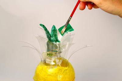 Transforme uma garrafa pet em um abacaxi decorativo