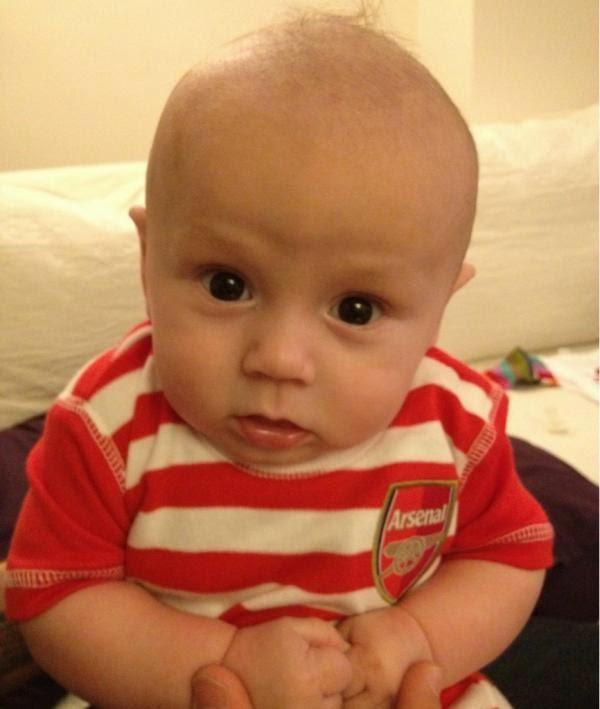 Foto bayi lucu menggemaskan pakai baju seragam sepak bola arsenal