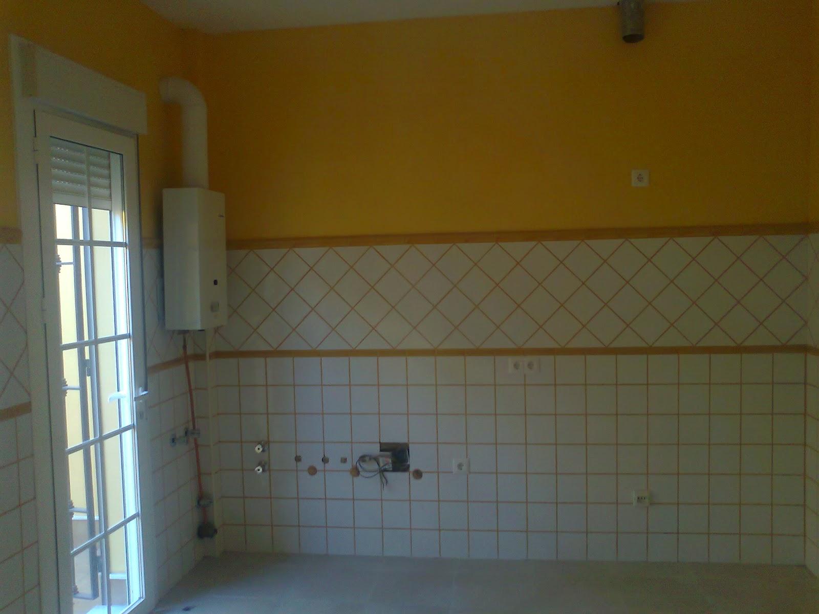 Ba os con azulejos hasta el techo for Estuco para banos