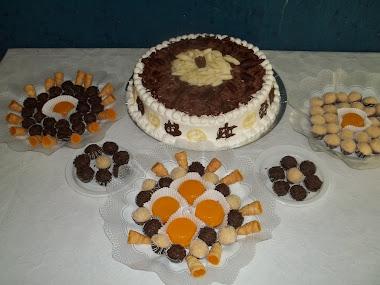 Bolo de chocolate branco e docinhos