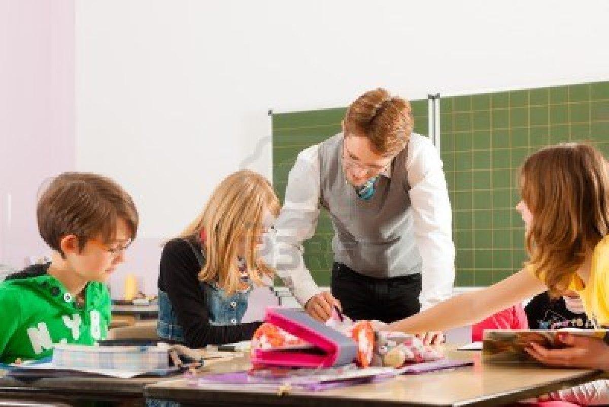 Maestra folla con alumno en clase para ensear a