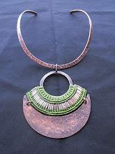 Colgante tiara cobre envejecido, macrame y detalles en plata (192)